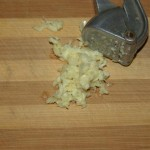 Pregatire ingrediente: Pregatiti aluatul (preparare aluat de pizza, http://www.all-food.ro/2009/06/08/blat-de-pizza-crocant/); pentru blat si sosul de pizza (preparare sos de pizza, http://www.all-food.ro/2009/08/25/sos-pentru-pizza/). Zdrobiti usturoiul,
